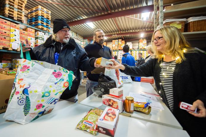 Ophalen van boodschappen bij de voedselbank in Oosterhout.