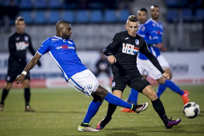 Dalian Maatsen (links) haalt de bal weg voor Eindhoven-speler Jari Vandeputte.