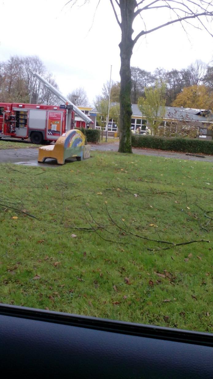 Het erop dat een deel van het platte dak van basisschool Fladderiep in Kraggenburg eraf zou waaien. Dit heeft de brandweer voorkomen door wat oude planken op het dak te leggen en te verzwaren met zandzakken.