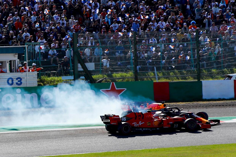 De crash tussen Leclerc van team Ferrari en Max Verstappen van team Red Bull op het begin van de Grand Prix in Japan  Beeld null