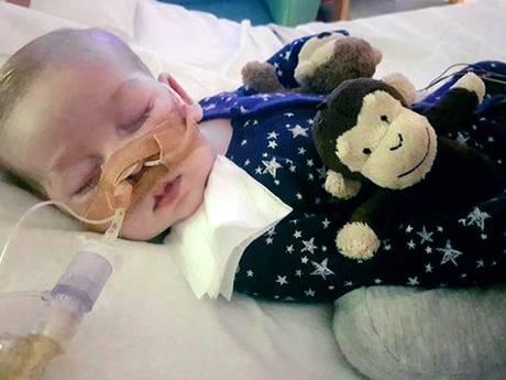 Zieke baby Charlie overleden: 'Onze mooie jongen is niet meer'