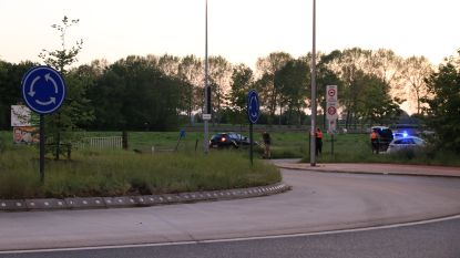 Auto vliegt over rotonde en belandt in weiland, bestuurder lichtgewond