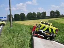 Remmen blokkeren: bestuurder stuurt oplegger de sloot in naast A59 bij Raamsdonksveer