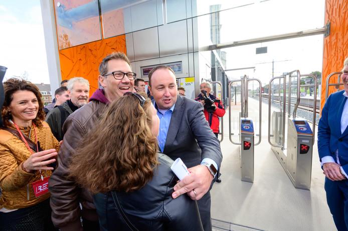 Maurice Unck, algemeen directeur van de RET, opende om 12:00 uur op het nieuwe metrostation Steendijkpolder de poortjes voor de eerste metroreizigers