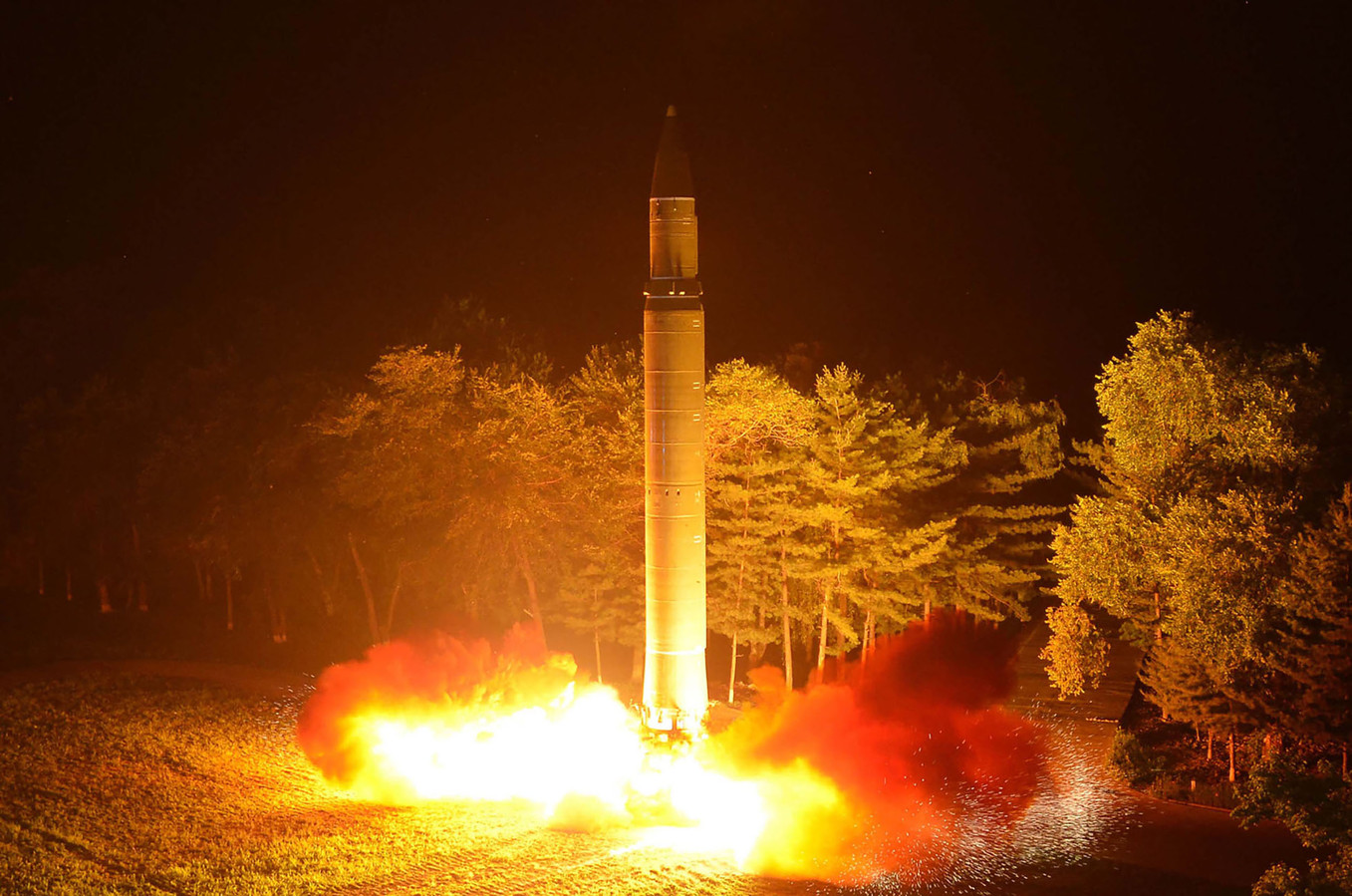 De Noord-Koreaanse raket Hwasong-14 zou een kernkop naar het hele vasteland van Amerika kunnen brengen. Vannacht lanceerde Noord-Korea de Hwasong-15.