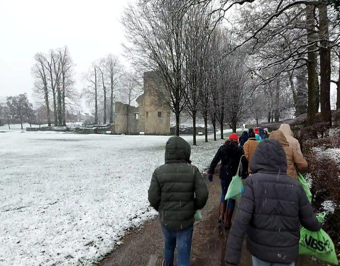 Leerlingen van VBSH op weg naar De Steenoven.