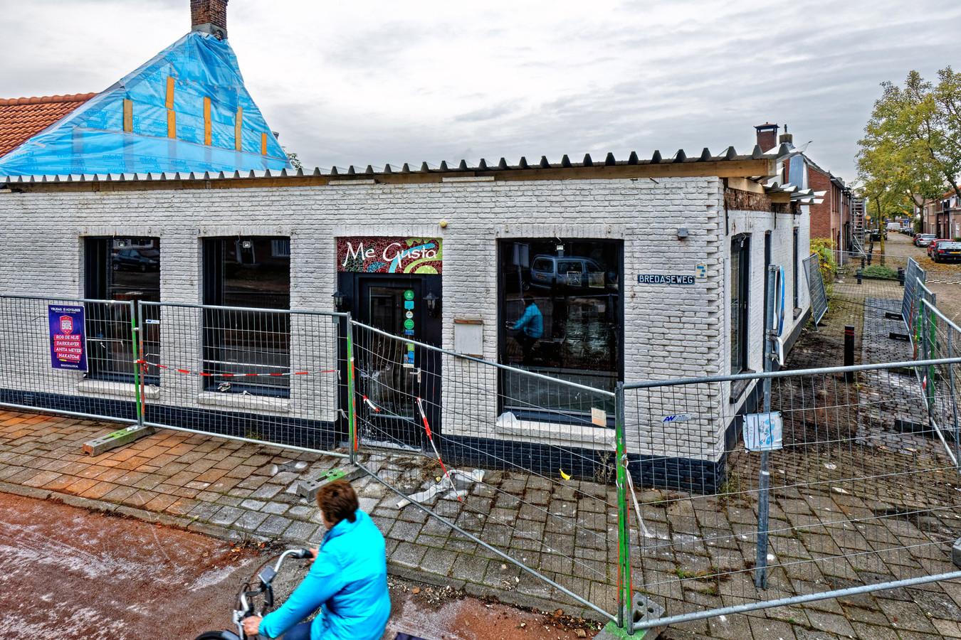 OOSTERHOUT - Restaurant Me Gusta in Oosterhout werd in juli  dit jaar deels door brand verwoest. Ondertussen is de bovenverdieping van het pand verwijderd als onderdeel van de herbouw.