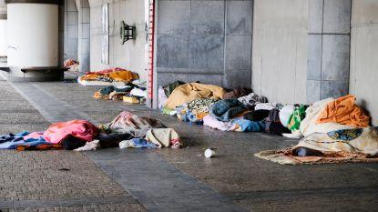 Medewerkers dienst Openbaar Patrimonium helpen 96 extra bedden voor daklozen opstellen in Thurn and Taxis