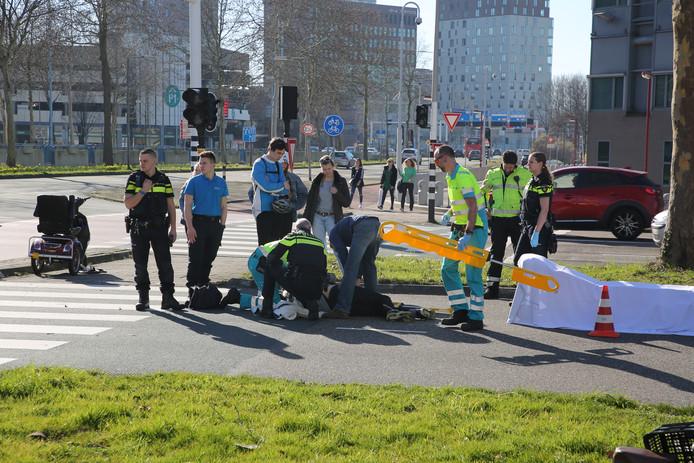 Bij het ongeluk op de Zwaardslootseweg raakte de bestuurder van de scootmobiel gewond.