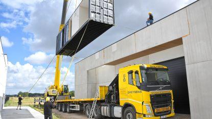 Nieuwe woonst op amper twee uur? Waregems bedrijf realiseert eerste containerwoning op dak bedrijfsgebouw