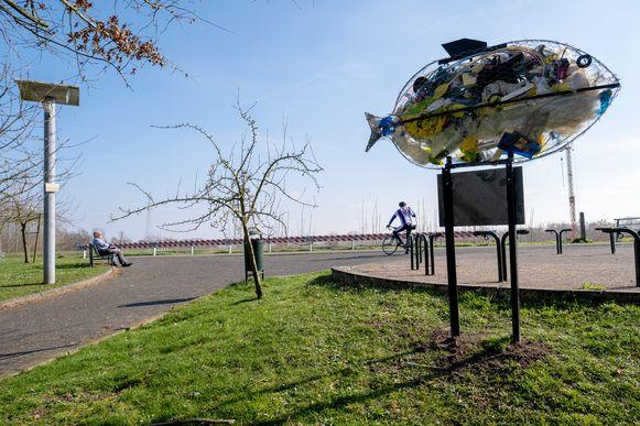 RUMST Een nieuw kunstwerk ter hoogte van de blauwe fietsbrug vestigt de aandacht op de vervuiling door plastic