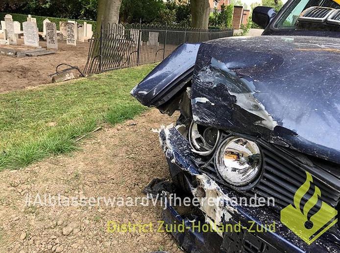 Bestuurder beschadigt grafzerken Nieuw-Lekkerland.