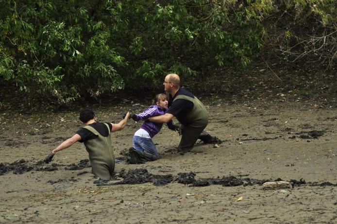 Vader Erik (r) en zoon Mark Rexwinkel redden het meisje. Foto Martin de Jongh