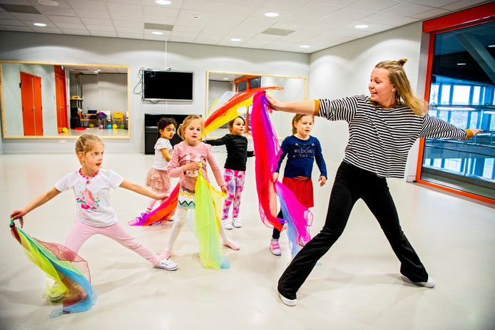 Danslessen zijn er voor alle leeftijden, van baby's die met hun ouders meekomen tot volwassenen.