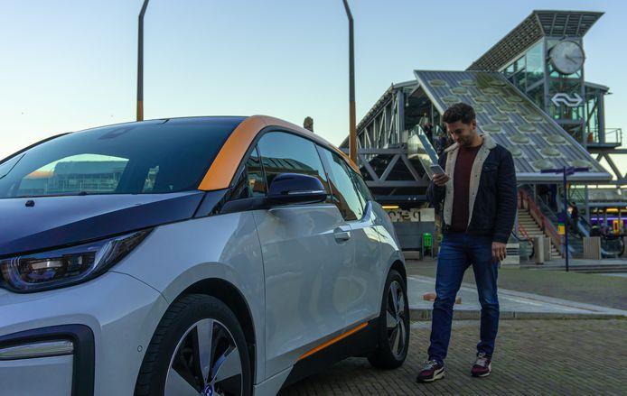 De NS plaatst elektrische deelauto's van Amber op meerdere stations, waaronder Zwolle.