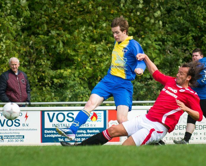 Niek Brunninkhuis probeert een tackle te ontwijken namens Reutum. De aanvaller weet jaarlijks veelvuldig te scoren voor de dorpsclub.