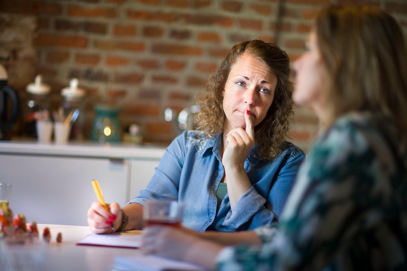 Kindertolk Claudia Hass luistert nauwgezet. Wat vindt deze moeder zo moeilijk of lastig aan het gedrag van haar kind? En wat zegt dat?