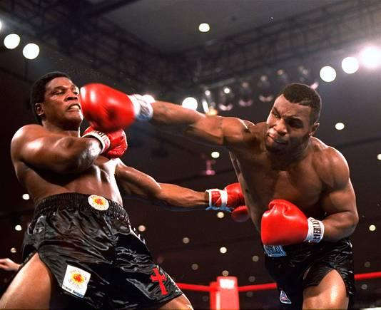 1986: Mike Tyson (rechts) deelt een klap uit aan Trevor Berbick.