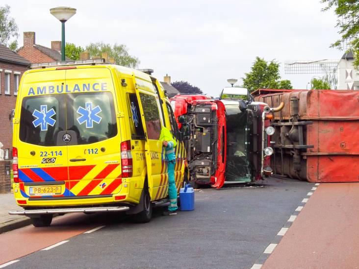 Vrachtwagen kukelt in Bergeijk om tijdens het laden en lossen