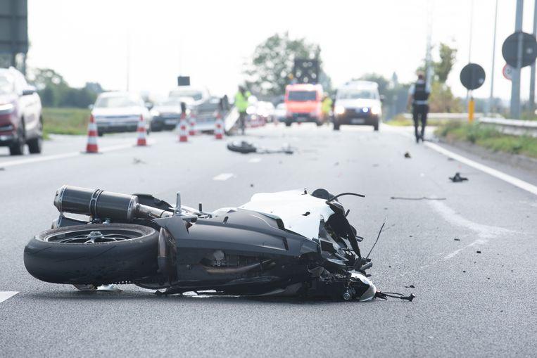 De moto belandde na de crash tachtig meter verder.