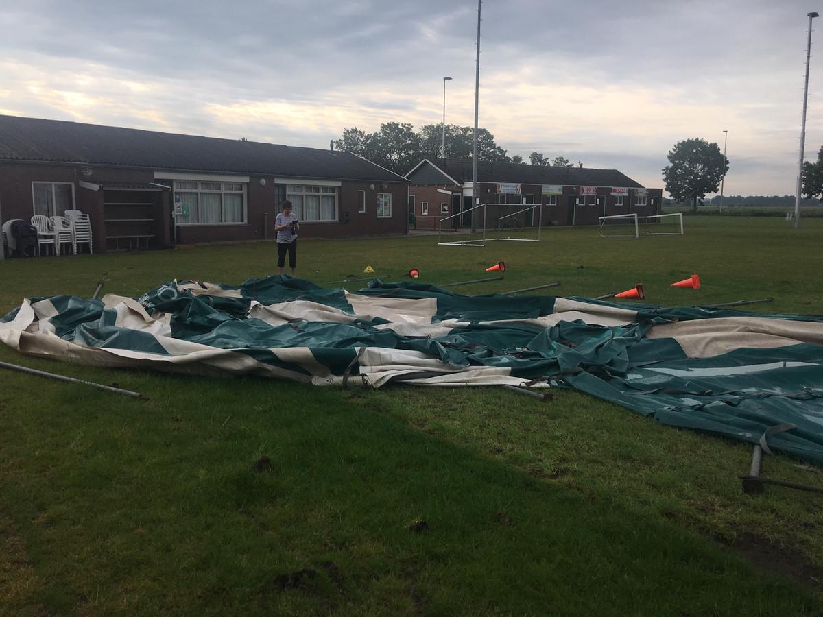 De feesttent van VVLK heeft de storm van gisteravond niet overleefd.