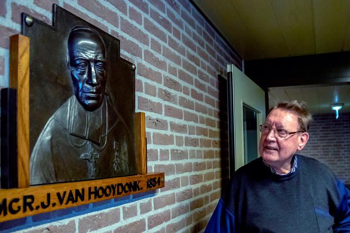 Broeder Nico Boere bij een afbeelding van bisschop Van Hooydonk, stichter van de Broeders van Huijbergen. Het klooster doet mee aan de Open Kloosterdag zondag 19 mei.