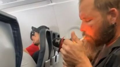 Verdwaasde man steekt sigaret op tijdens vlucht