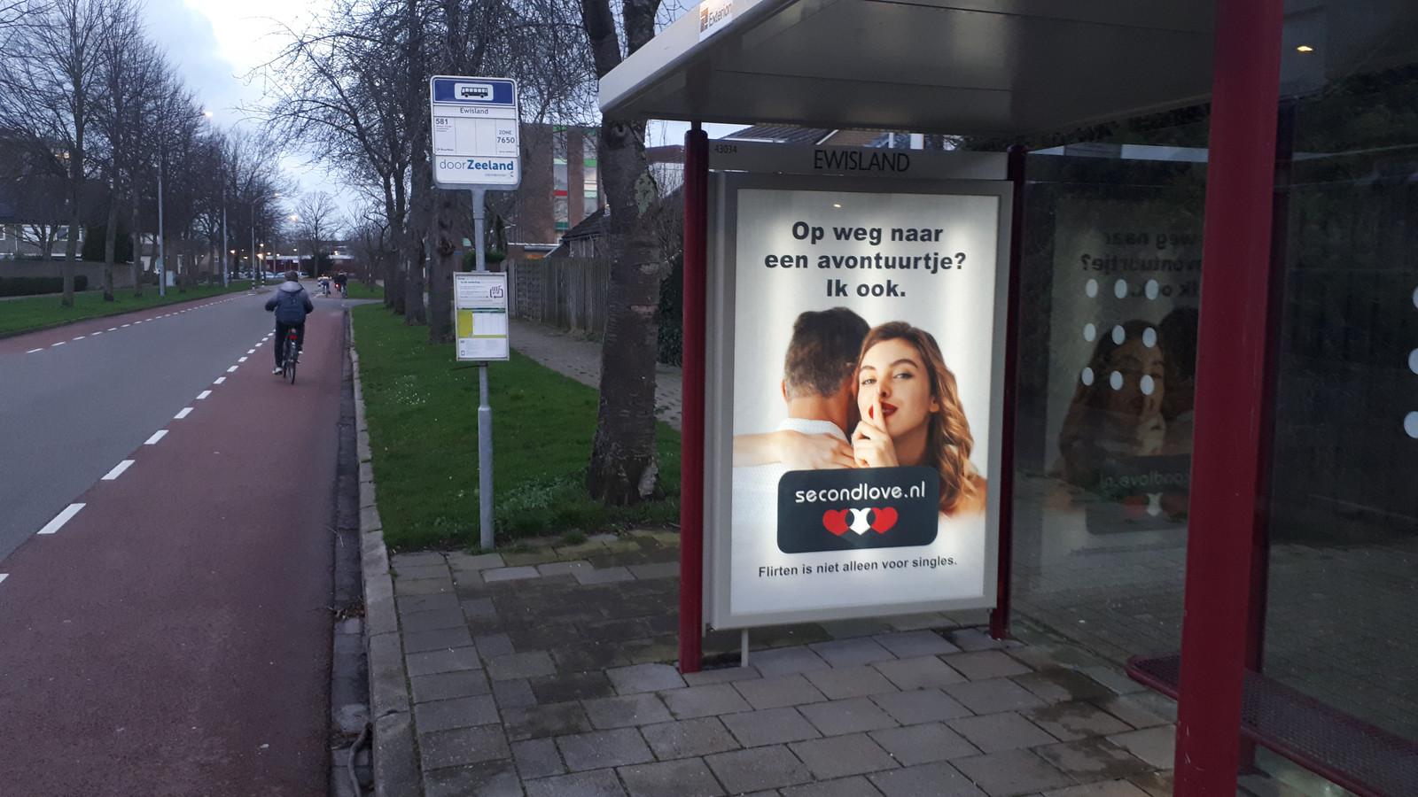 Een van de nieuwe posters in een bushalte.