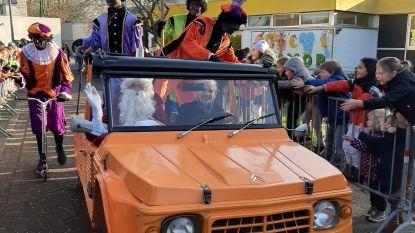 Sint maakt opvallende intrede in basisschool De Klimop met historische Citroën