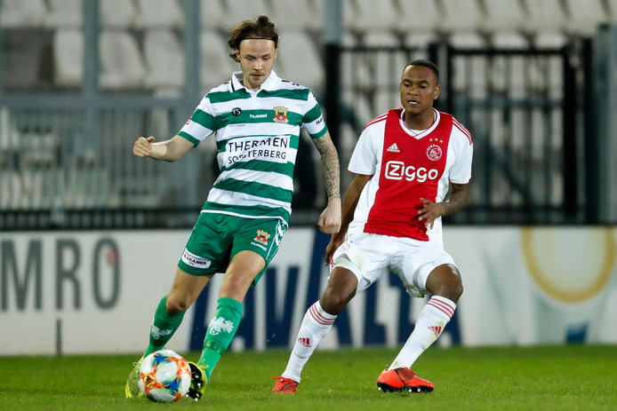 Vince Gino Dekker (22) treedt in de voetsporen van zijn vader door zijn loopbaan te vervolgen bij Spakenburg. De voormalig jeugdinternational uit Ermelo speelde eerder dit jaar nog voor Go Ahead Eagles.