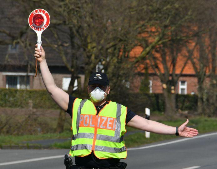 De Duitse politie voert controles uit bij de grensovergang Rammelbeek, tussen Noord Deurningen en Nordhorn.