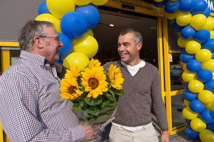 Andre van der Hoofd (l) kreeg eerder dit jaar al bloemen van klant Alain Vierhout voor zijn strijd tegen Coop.