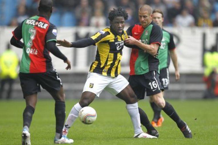 Wilfried Bony (M) van Vitesse in duel met NEC-speler Bas Sibum (R). ANP PRO SHOTS Beeld