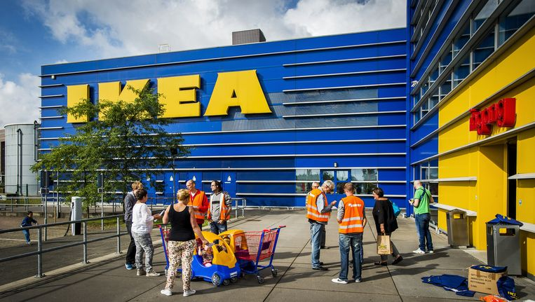 Actievoerders van FNV informeren klanten van de IKEA over de slechte werkomstandigheden voor de chauffeurs van de winkelketen, augustus 2014. Beeld anp
