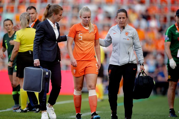 Kika van Es verlaat het veld tijdens de wedstrijd Nederland - Australië. Beeld BSR Agency