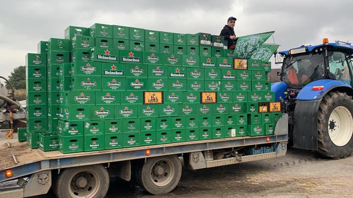 De 650 bierkratjes op de aanhanger in Herveld.