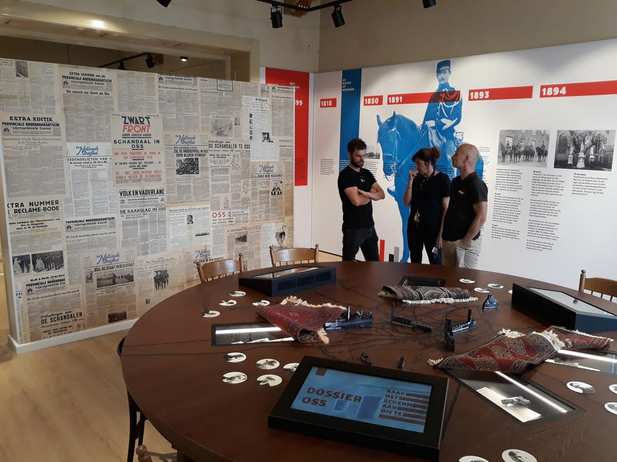 Foto's van de tentoonstelling Dossier Oss in het Marechausseemuseum.  De man die poseert op de foto is museumdirecteur René Parijs.