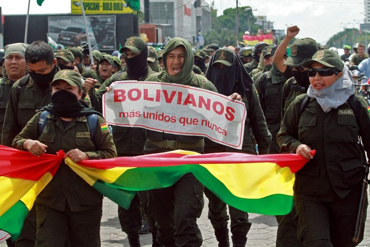 """""""Bolivianen, meer verenigd dan ooit"""", leest een slogan van een demonstrerende agent."""