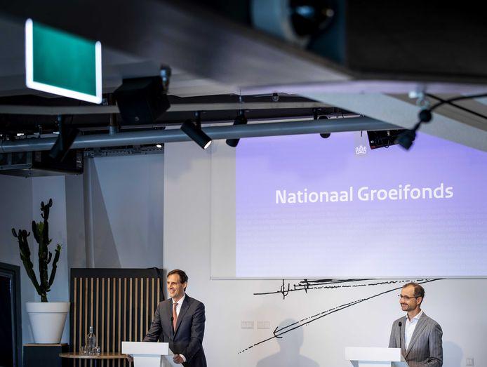 Ministers Wopke Hoekstra (Financien) en Eric Wiebes (Economische Zaken) presenteren het Nationaal Groeifonds.