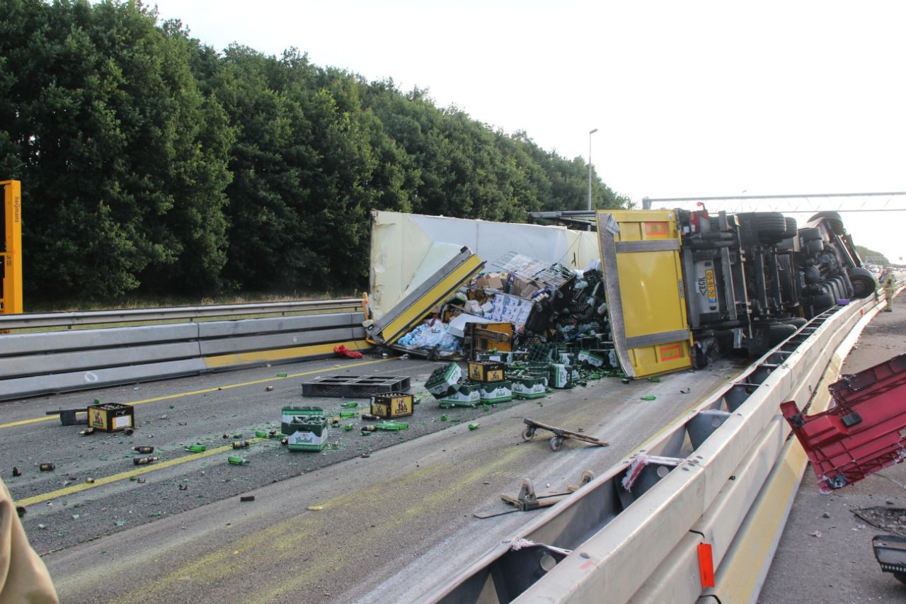 Ravage op de snelweg; een gekantelde vrachtwagen zorgt voor flinke vertraging op de A1 bij Lochem.