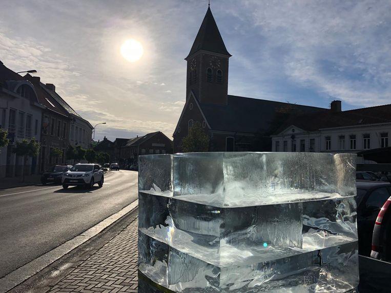 Het ijsblok prijkt sinds Allerheiligen op de Wapenplaats in Wakken.