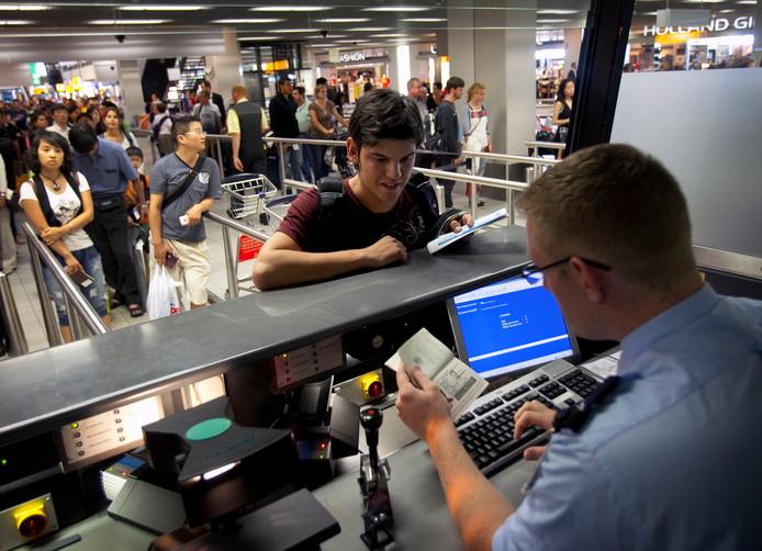 Paspoortcontrole door de marechaussee op Schiphol.