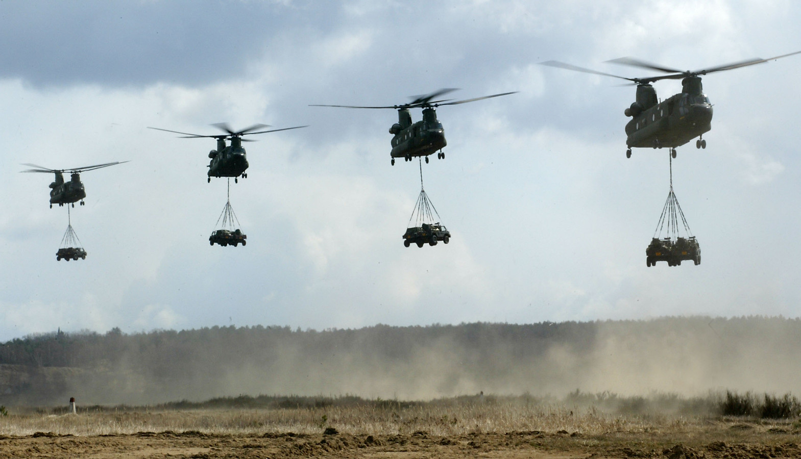 Vier Chinook helikopters