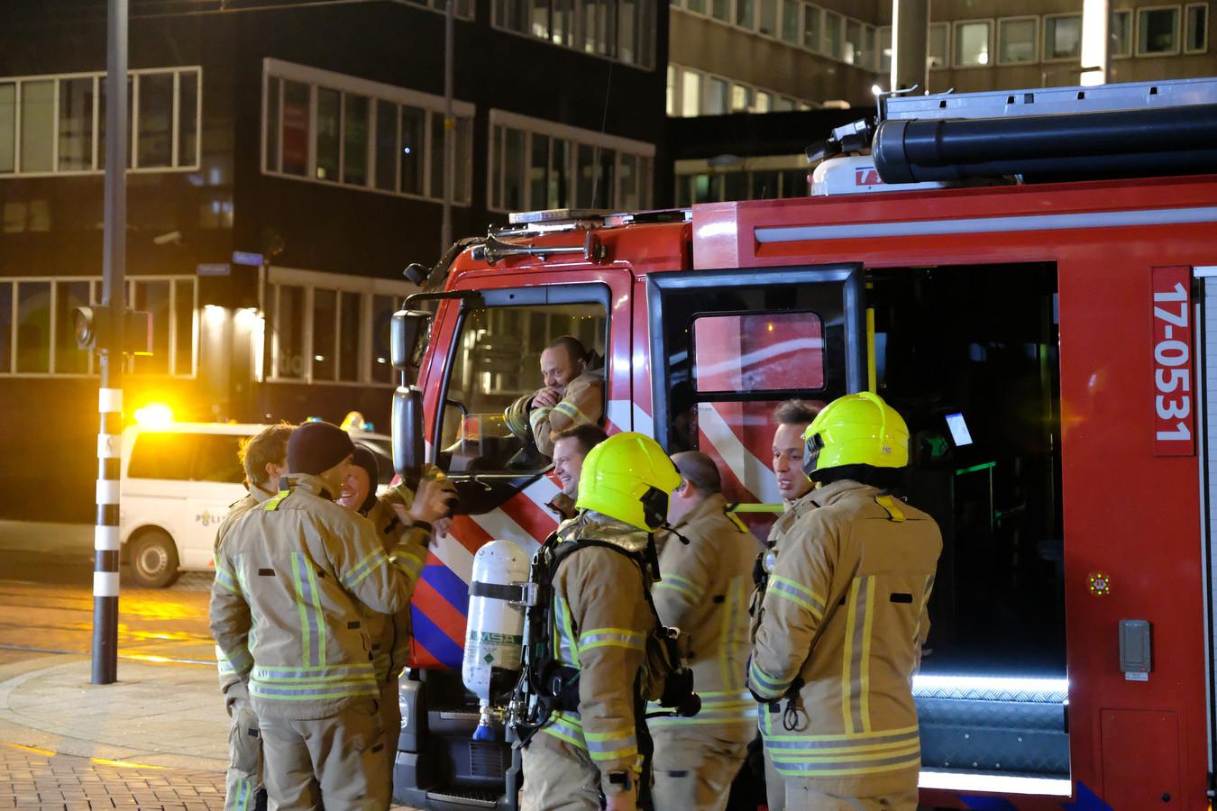 Na drie kwartier had de brandweer het vuur onder de controle en mochten de medewerkers terug het gebouw in