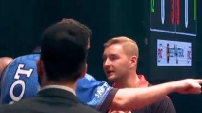 Bizar incident in het darts overschaduwt knappe zege van Dimitri Van den Bergh tegen tweevoudig wereldkampioen Adrian Lewis