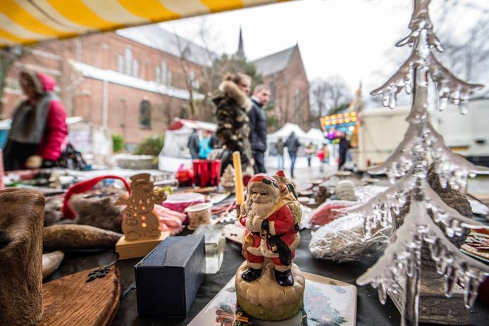 Kerstmarkt op het plein bij de katholieke Gertrudiskerk in Ossendrecht in 2017, (onder het motto Echt Ostrechts) met allerlei kraampjes.