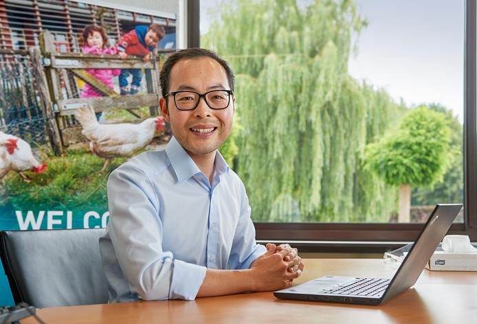 Weidong Zhang achter zijn laptop bij MSD Animal Health in Boxmeer.