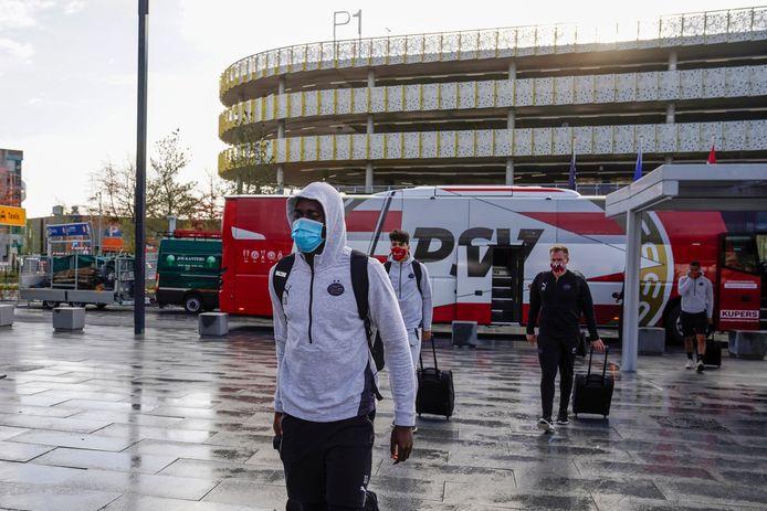Jordan Teze woensdag bij het vertrek van PSV naar Nicosia. Hij moest toen weer terug naar huis, maar kon donderdag alsnog worden ingevlogen.