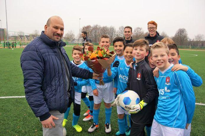 Hakan Zatsan en een voetbalelftal van SV TOP
