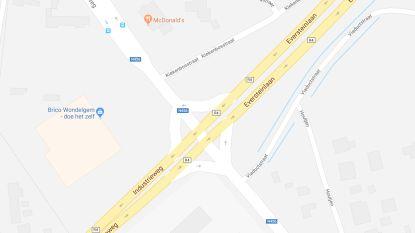 Waterlek op R4 ter hoogte van McDonalds veroorzaakt verkeershinder: ook bussen lopen vertraging op